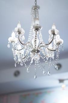 Lampe suspendue au plafond par lustre