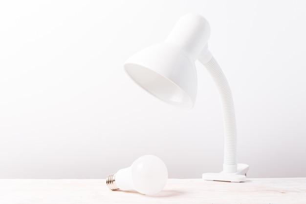 Lampe De Table Blanche Sur Table En Bois Photo Premium