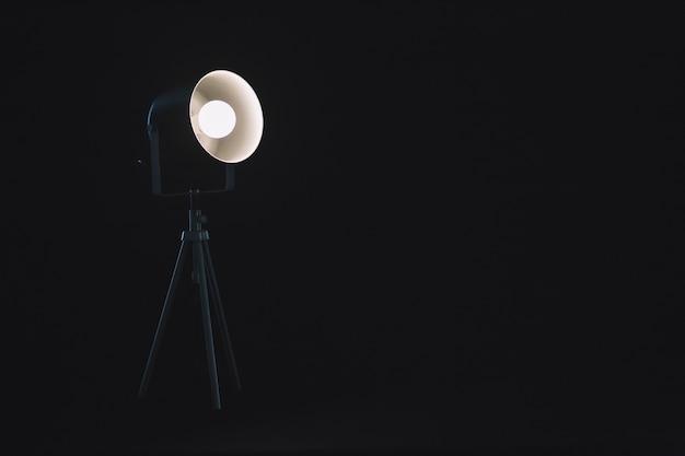 Lampe sur trépied en studio