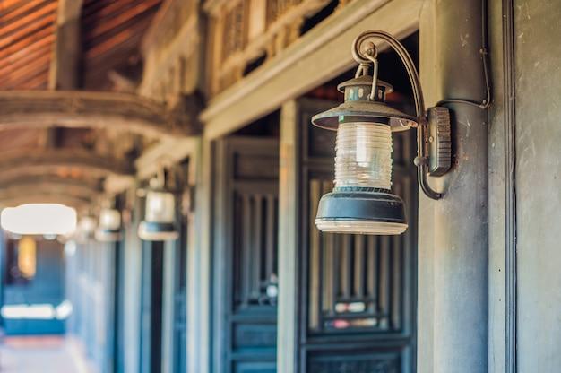 Lampe vietnamienne antique et portes anciennes