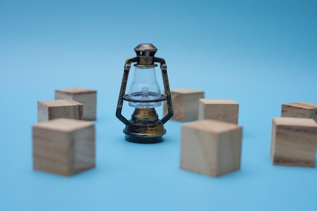 Lampe vintage avec des blocs de bois sur fond bleu.