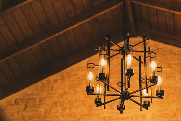 Lampe vintage suspendue dans la chambre.