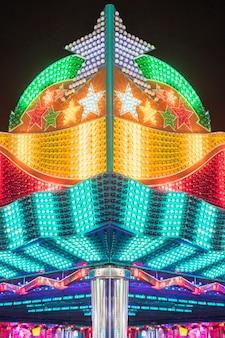 Lampes allumées d'un parc d'attractions