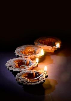 Lampes en argile colorée diya (lanterne) allumées pendant la célébration de diwali. conception de cartes de voeux festival indien de la lumière hindoue appelé diwali.