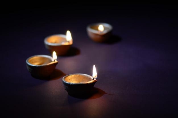 Lampes en argile colorée diya (lanterne) allumées pendant la célébration de diwali. conception de cartes de voeux festival indien de lumière hindoue appelé diwali.