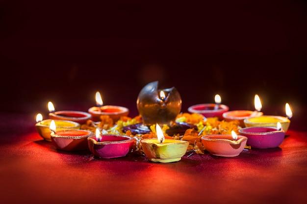 Lampes en argile diya allumées pendant la célébration de diwali. conception de cartes de voeux fête de la lumière hindoue indienne appelée diwali