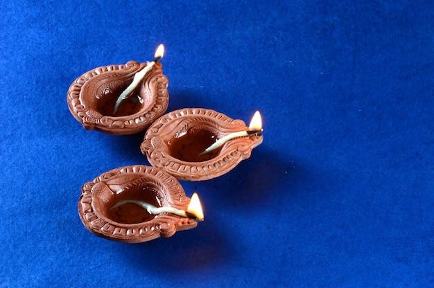 Lampes en argile diya allumées pendant la célébration du festival de la lumière hindou indien appelé diwali
