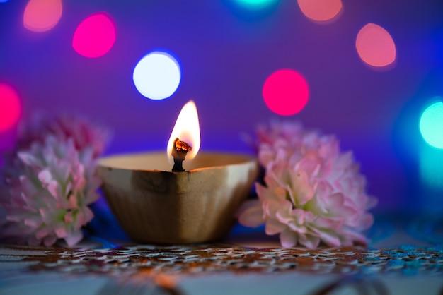 Lampes clay diya allumées lors de la fête dipavali, fête hindoue des lumières