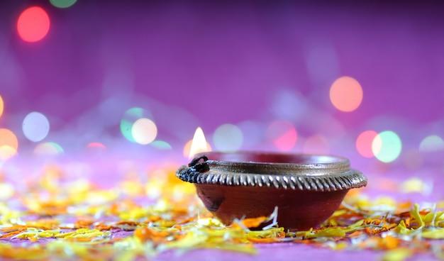 Lampes clay diya allumées pendant la célébration de diwali. conception de cartes de voeux festival indien de la lumière hindoue appelé diwali