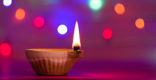 Lampes clay diya allumées pendant dipavali, fête hindoue des lumières