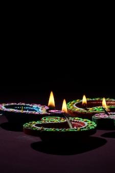 Lampes diya en argile allumées pendant la célébration du diwali. carte de voeux indienne indian light festival appelée diwali
