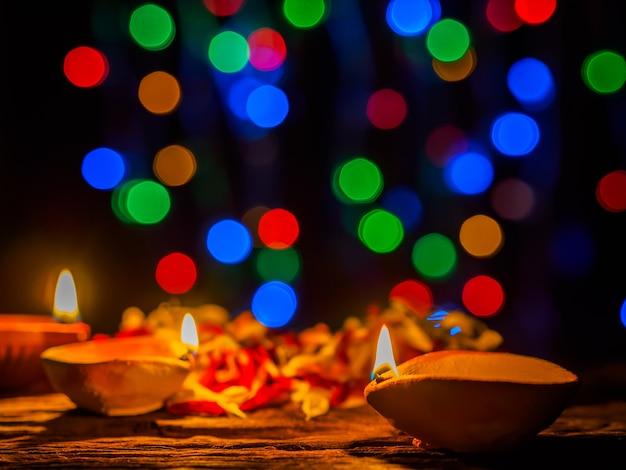 Lampes diya éclairées par un fond de bokeh lors d'une célébration diwali
