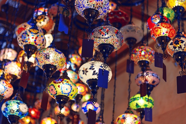 Lampes du moyen-orient de différentes couleurs suspendues au bazar