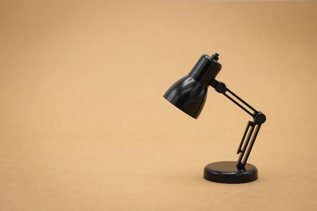 Lampes de lecture modèle sur fond blanc comme concept d'entreprise de fond