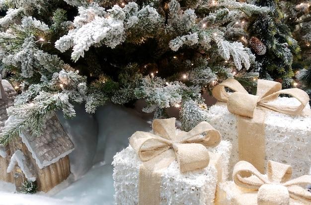 Lampes sous forme de coffrets cadeaux sous le sapin de noël