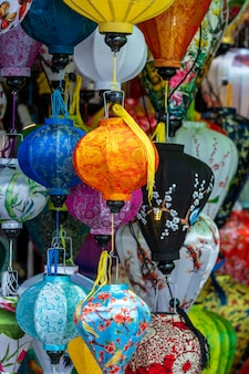 Lampes traditionnelles dans la rue dans la vieille ville de hoi an, vietnam, gros plan