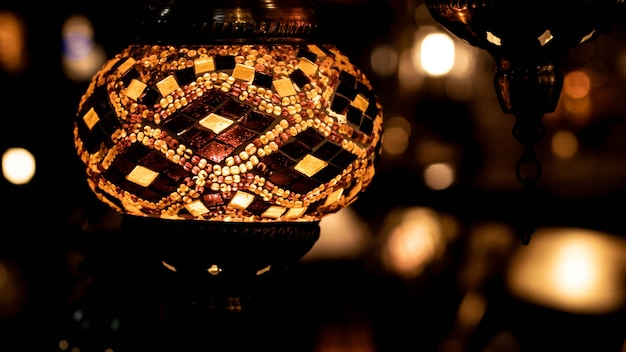 Lampes turques traditionnelles faites à la main dans une boutique de souvenirs. mosaïque de verre coloré. lampes orientales au grand bazar d'istambul - turquie