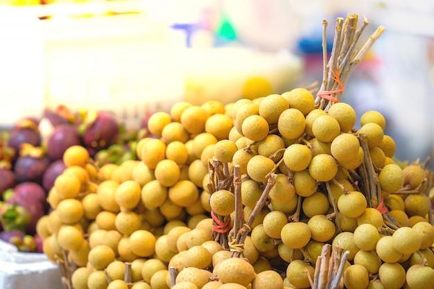 Lamyai est prêt pour la vente sur l'étal de fruits street food thai.