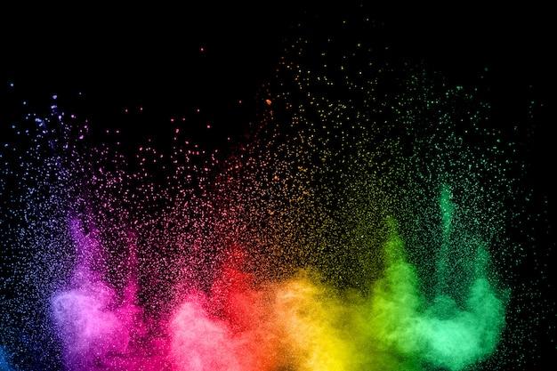Lancé de poudre colorée sur fond noir