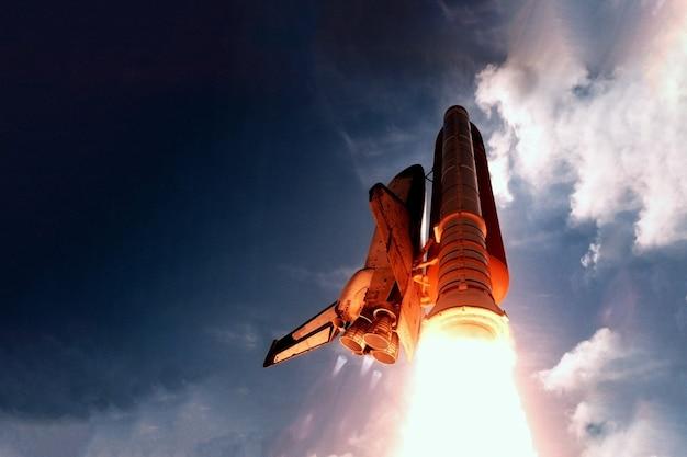 Lancement de fusée d'en bas, dans le ciel.