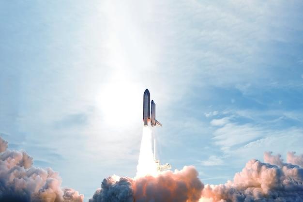 Lancement de fusée, avec de la fumée et du feu. les éléments de cette image ont été fournis par la nasa. photo de haute qualité