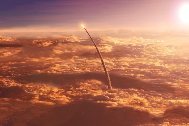 Le lancement de la navette spatiale dans l'espace les éléments de cette image ont été fournis par la nasa