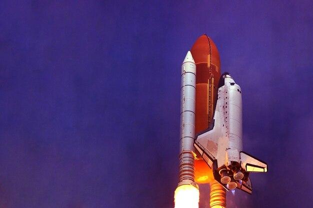 Lancement de la navette spatiale dans l'espace des éléments de cette image ont été fournis par la nasa