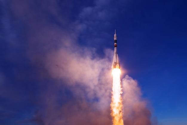 Le lancement de la navette spatiale. avec feu et fumée. des éléments de cette image ont été fournis par la nasa . photo de haute qualité