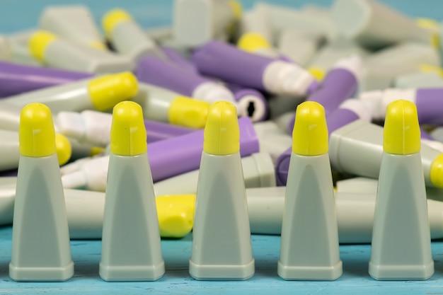 Les lancettes sont des dispositifs stériles, apyrogènes et non toxiques à usage unique, conçus pour prélever des échantillons de sang capillaire pour des analyses sanguines.