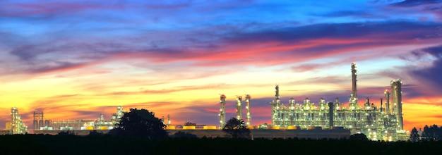 Landcsape de l'usine pétrochimique de raffinerie de pétrole dans la nuit