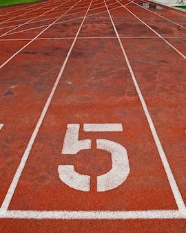 Lane athlétisme piste numéro 5.