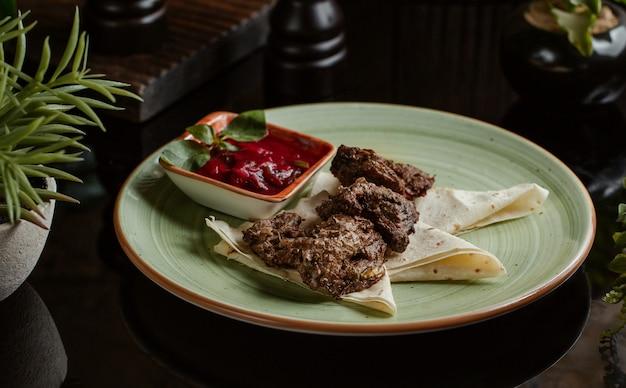 Langets minces servis avec de la pâte de tomate et du lavash