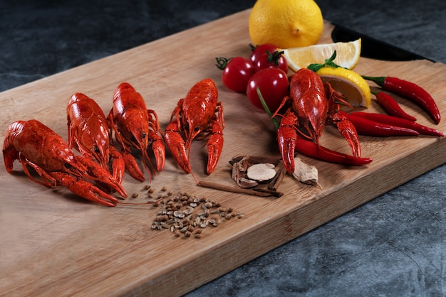 Langoustes ou bébé homard. écrevisses bouillies rouges sur un bois