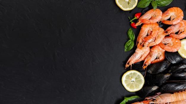 Langoustine ou langoustine sur un fond rustique sombre. nephrops norvegicus, crevettes de la baie de dublin, langoustines ou langoustines close up