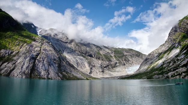 La langue du glacier descend vers un lac de montagne