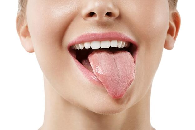 La langue du visage de la femme