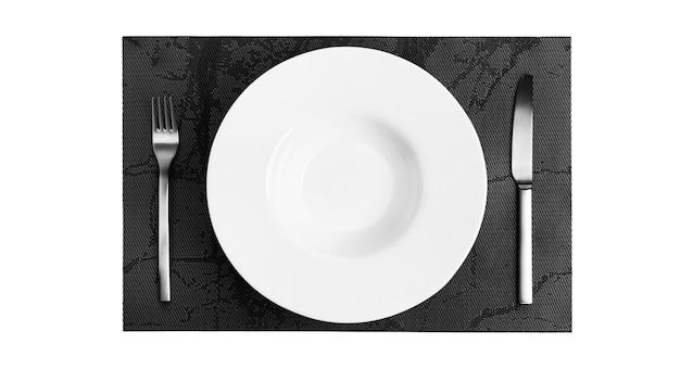 Langue des signes avec couverts. une assiette avec des couverts isolé sur fond blanc. assiette, couteau, fourchette sur fond blanc. photo de haute qualité