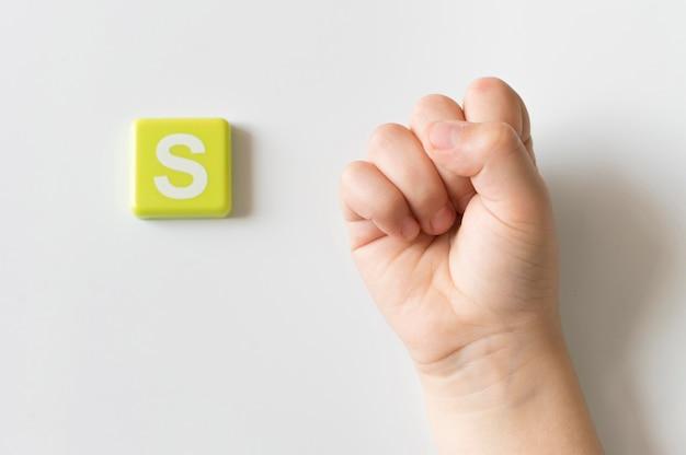 Langue des signes main montrant la lettre s