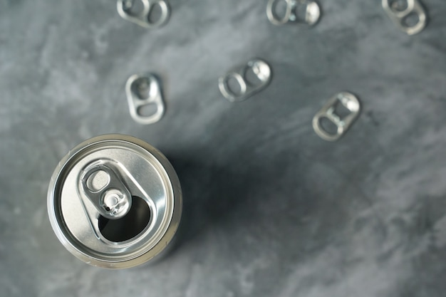 Languettes métalliques de la canette de boisson sur la table grise.