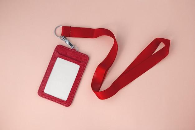 Lanière rouge et badge en cuir