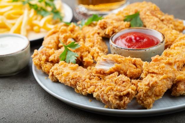 Lanières de poulet panées à la sauce.
