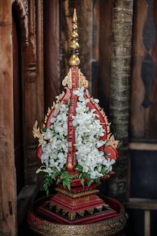 Lanna style phan organisant des fleurs avec des fleurs d'orchidées