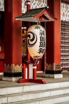 Lanterne accrochée à l'entrée du temple japonais
