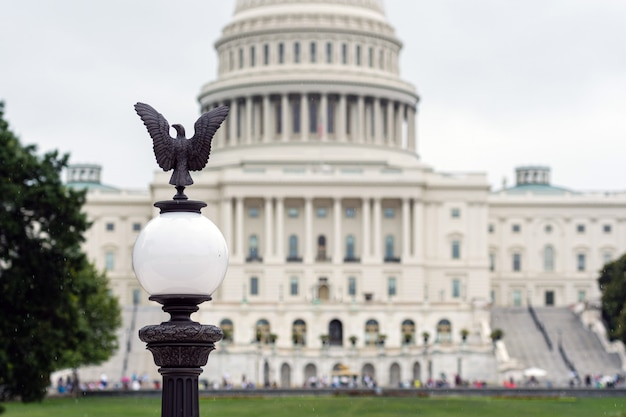 Lanterne avec un aigle et vue floue du bâtiment du capitole de l'arrière