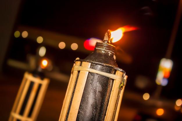 Lanterne allumée dans la nuit