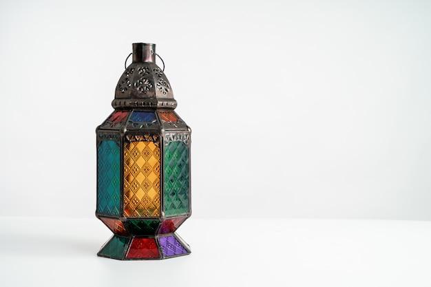 Lanterne arabe sur blanc