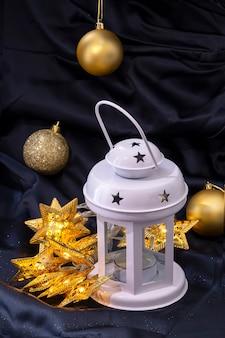 Lanterne Blanche Et Guirlande étoile Jaune Photo Premium