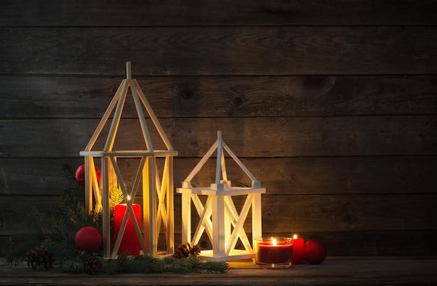 Lanterne en bois sur la vieille scène rustique
