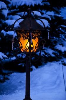 Lanterne brillante dans une soirée de noël d'hiver
