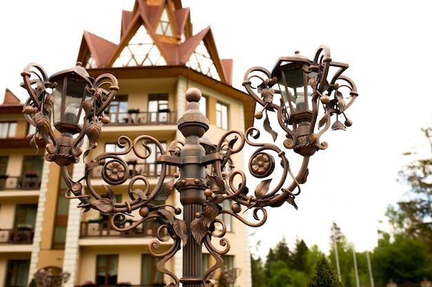 Lanterne en bronze forgé près de l'hôtel. photo en gros plan